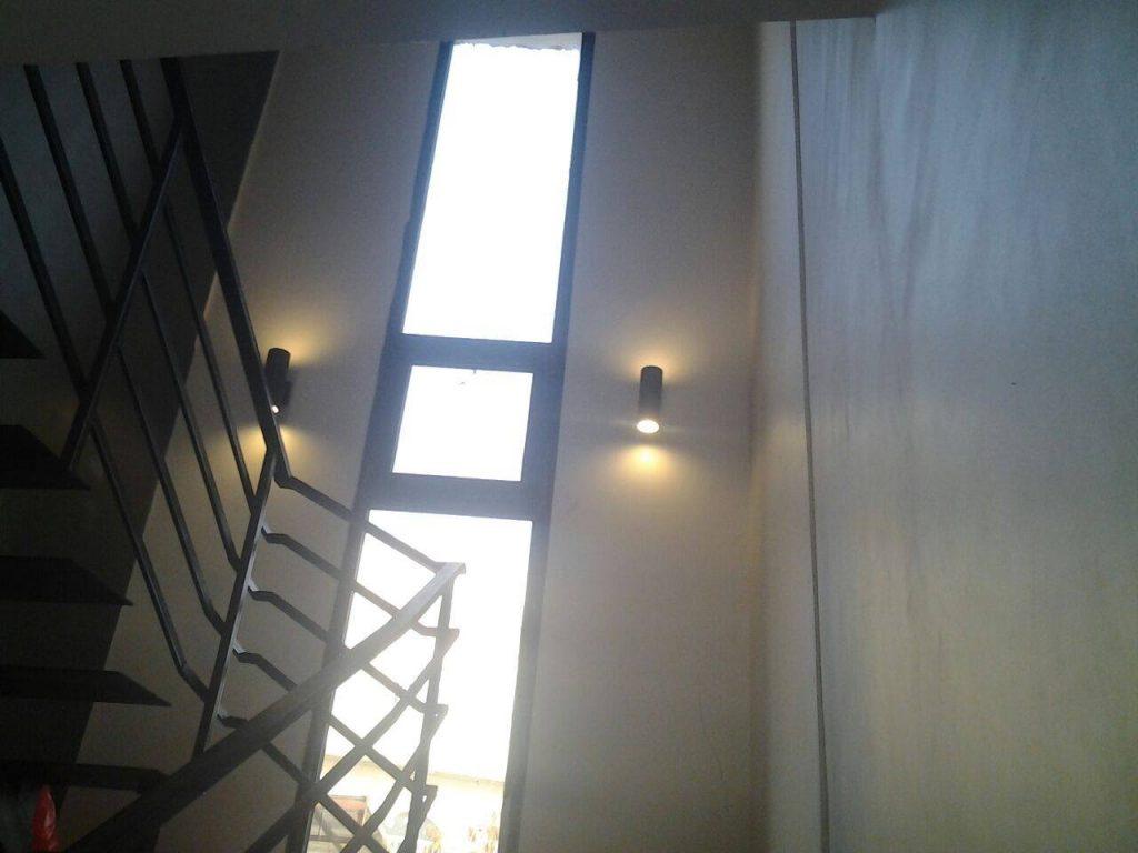 نافذة بيت الدّرج، ويظهر الدّرج من دون قائمة.