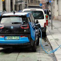 سيارة كهربائية بي إم دبليو آي 3 تشحن في الشارع 200x200 - السيارات الكهربائية بوجه عام
